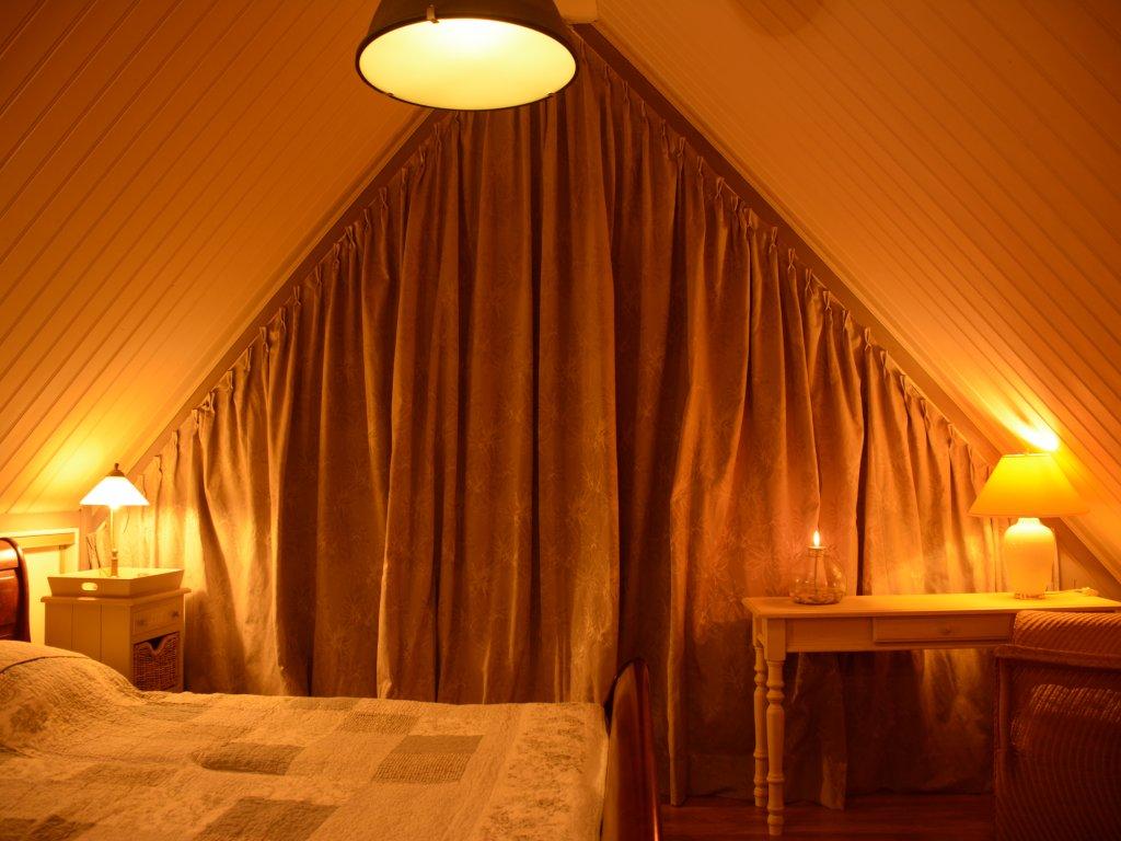 Schlafzimmer oben, mit eine kleine Balkone..